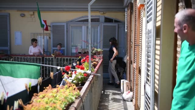 """stockvideo's en b-roll-footage met little girl plays the trumpet on the balcony during the flashmob of liberation day celebrations on april 25, 2020 in turin, italy. flashmob """"bella... - balkon"""