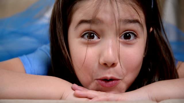 vídeos de stock e filmes b-roll de rapariga posando - só uma rapariga
