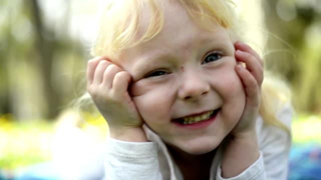vídeos y material grabado en eventos de stock de niña posando - mano en la barbilla