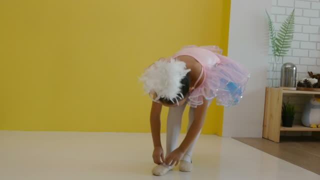vídeos de stock e filmes b-roll de little girl practice ballet at home - body de ginástica
