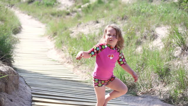 vídeos y material grabado en eventos de stock de ms little girl practicing her ballerina moves and then skiping away up boardwalk / toronto, ontario, canada - kelly mason videos