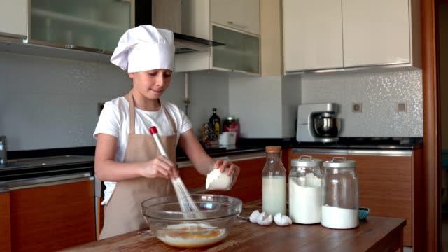 vídeos y material grabado en eventos de stock de niña preparando pasteles - accesorio de cabeza