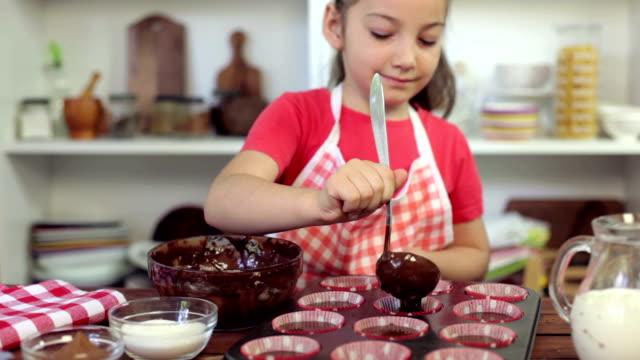 Bambina preparare muffin