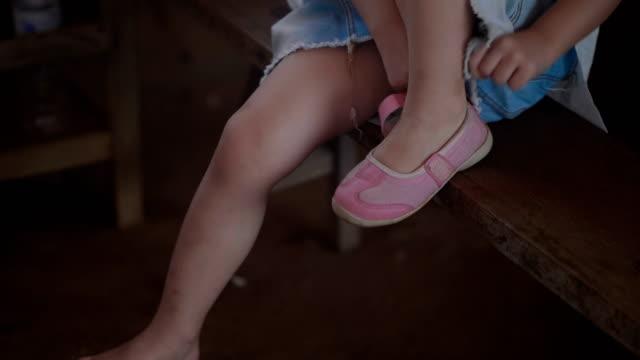 kleines mädchen auf ihrem schuh - kleinstkind stock-videos und b-roll-filmmaterial