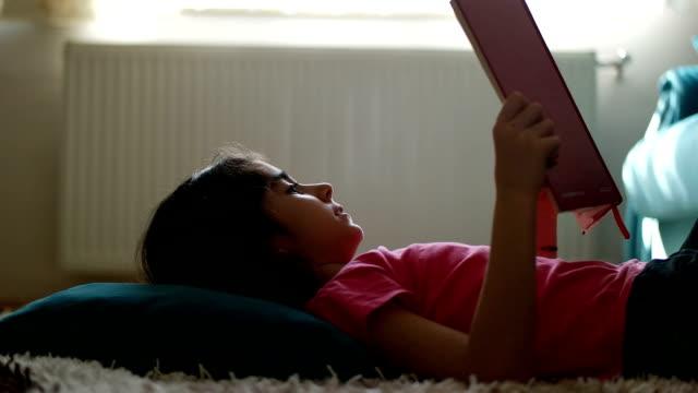kleines mädchen liest ein buch  - 6 7 jahre stock-videos und b-roll-filmmaterial