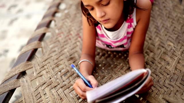 Kleines Mädchen lesen