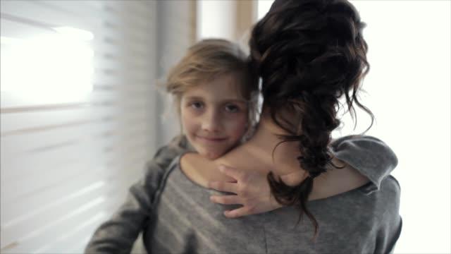 vídeos de stock, filmes e b-roll de little girl resting on mother's shoulder - ombro