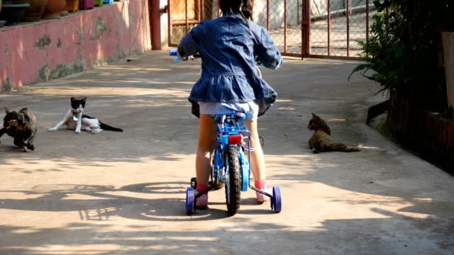 Kleines Mädchen fahren Sie Rad