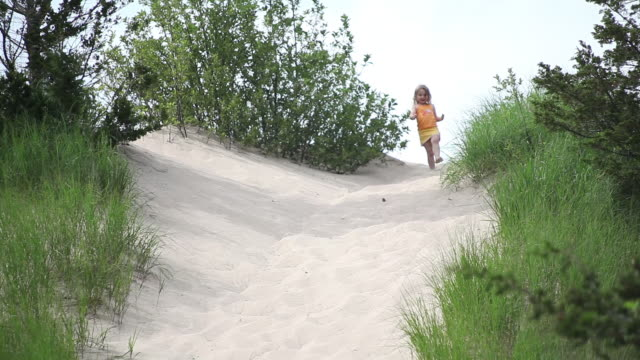 ms ts little girl runing down to top of sand dune / toronto, ontario, canada - kelly mason videos stock videos & royalty-free footage