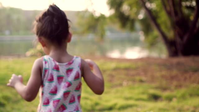 little girl running in the garden - 6 7 anni video stock e b–roll