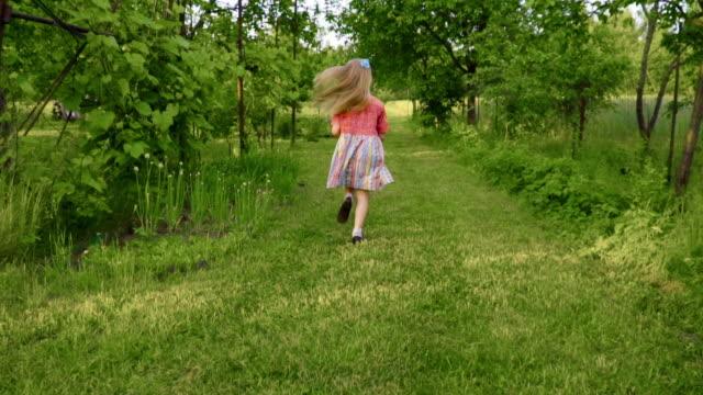 小さな女の子の実行 - 小学校低学年点の映像素材/bロール