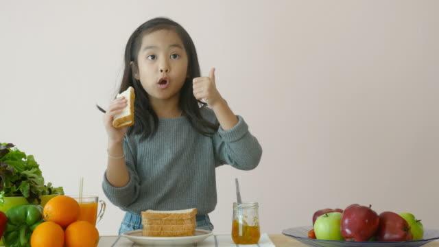 little girl showing how to making sandwich - panino ripieno video stock e b–roll