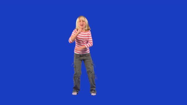 vídeos y material grabado en eventos de stock de hd: little niña canta - 10 11 años