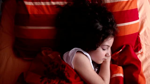 kleines mädchen schlafen und wacht - nur mädchen stock-videos und b-roll-filmmaterial