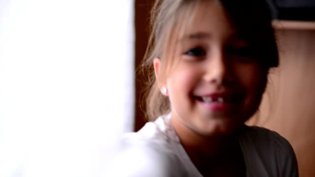 vídeos de stock, filmes e b-roll de menina sorrindo para a câmera - 6 7 anos