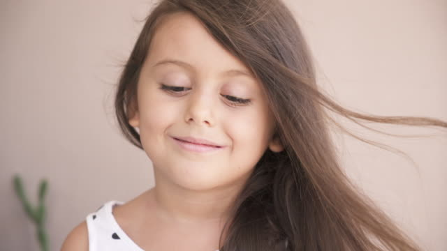 little girl smiling, close up - 4 5 anni video stock e b–roll