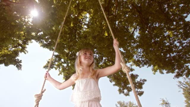 vidéos et rushes de slo missouri fille souriant sur une balançoire - seulement des enfants