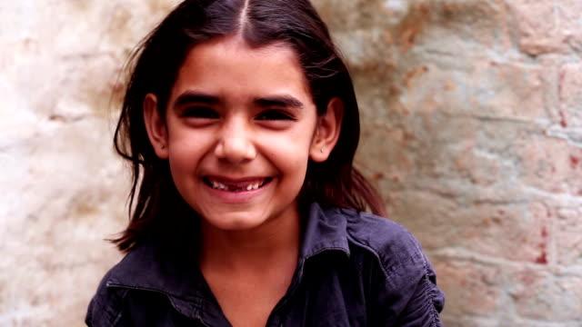 vidéos et rushes de petite fille souriant portrait - petites filles