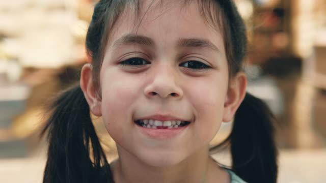liten flicka (6-7 år) leende. - 6 7 years bildbanksvideor och videomaterial från bakom kulisserna