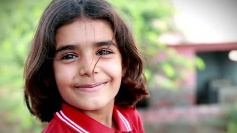 vídeos y material grabado en eventos de stock de niña sonriente - niñas