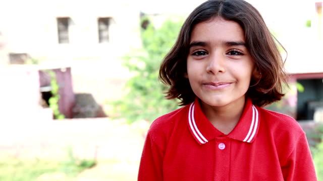 少女の笑顔 - standing点の映像素材/bロール