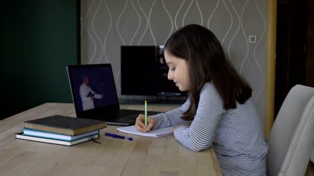 stockvideo's en b-roll-footage met meisje dat afstandsonderwijs thuis bestudeert - e learning