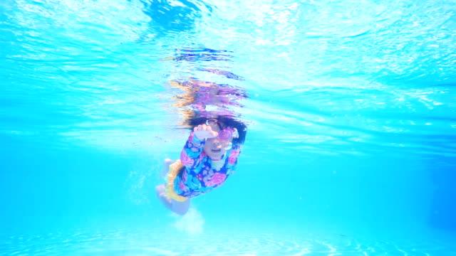 小さな女の子スイミングプールの青い海
