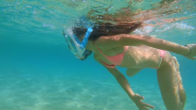 little girl swimming in the sea with mask - schnorchel stock-videos und b-roll-filmmaterial