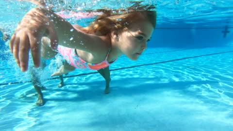 stockvideo's en b-roll-footage met meisje dat onderwater zwemt, familie het letten - babymeisjes