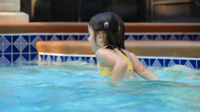 bambina nuoto - piscina pubblica all'aperto video stock e b–roll