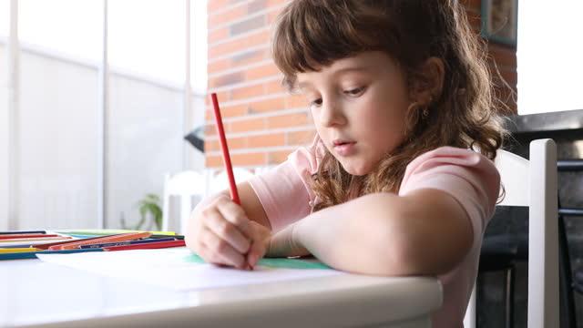 色鉛筆を切り替える小さな女の子 - dia点の映像素材/bロール