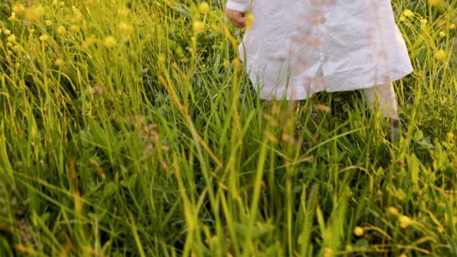 RALLENT piccola bambina prendere primi passi in erba