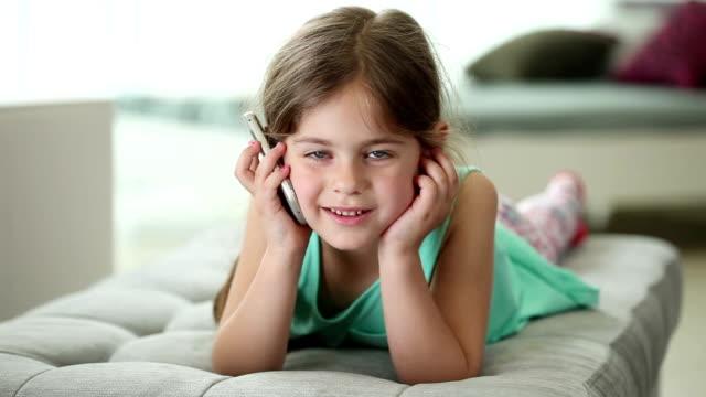 Piccola ragazza parlando su un telefono cellulare