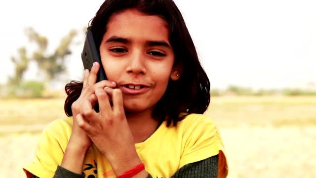 小さな女の子携帯電話で話している - ラジオ点の映像素材/bロール