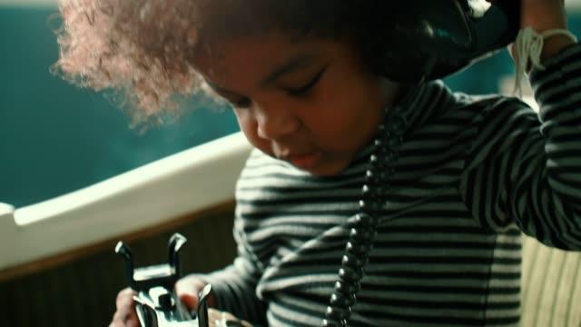 vídeos y material grabado en eventos de stock de niña hablando por teléfono en casa - teléfono con cable