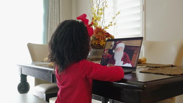 kleines mädchen im gespräch mit dem weihnachtsmann auf einem video-anruf - little girl webcam stock-videos und b-roll-filmmaterial