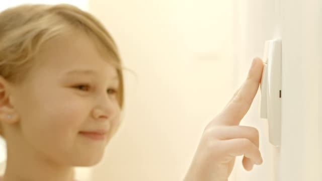 stockvideo's en b-roll-footage met little girl turning on the lights - turning on or off