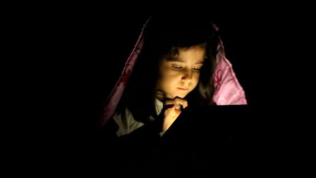 kleines mädchen mit tablet pc im bett - tablet benutzen stock-videos und b-roll-filmmaterial