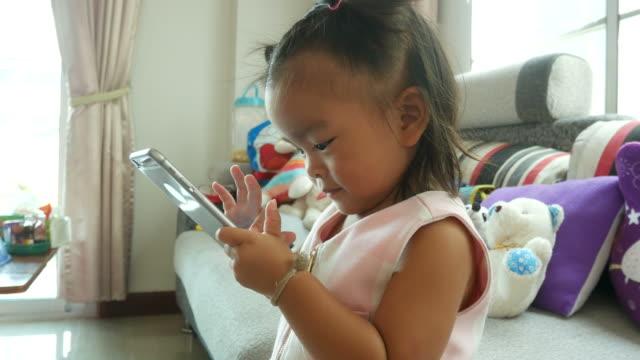 vídeos y material grabado en eventos de stock de niña con teléfono - sencillez