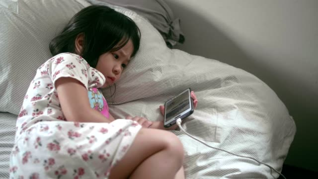 cu : little girl (4-5 years) using smart phone - 4 5 years stock videos & royalty-free footage