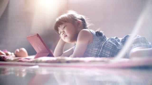 少女の寝室でタブレットを使用して - 集中点の映像素材/bロール