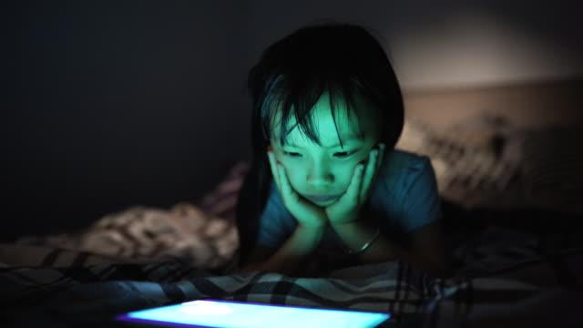 vídeos y material grabado en eventos de stock de niña que usa tableta a altas horas de la noche - historia