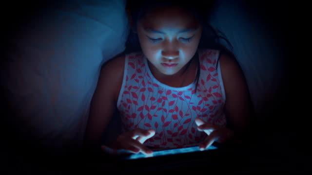 少女のタブレットを使用してのブランケット - 電子手帳点の映像素材/bロール