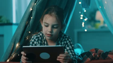 vídeos y material grabado en eventos de stock de niña usando la tableta - esconder