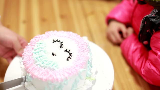 vídeos y material grabado en eventos de stock de little girl esperar el pastel de cumpleaños se cortó en partes. - 4 5 años