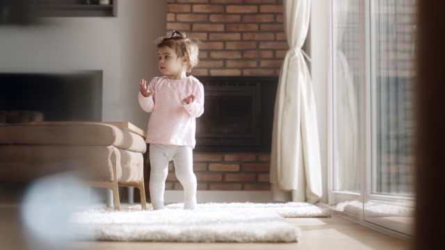 stockvideo's en b-roll-footage met meisje lopen in woonkamer - trap buiten