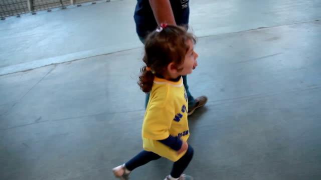 父と歩く少女 - 横顔点の映像素材/bロール