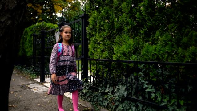 vidéos et rushes de la petite fille marche à l'école - cartable