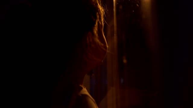 vidéos et rushes de petite veille fille neige bien fenêtre - petites filles