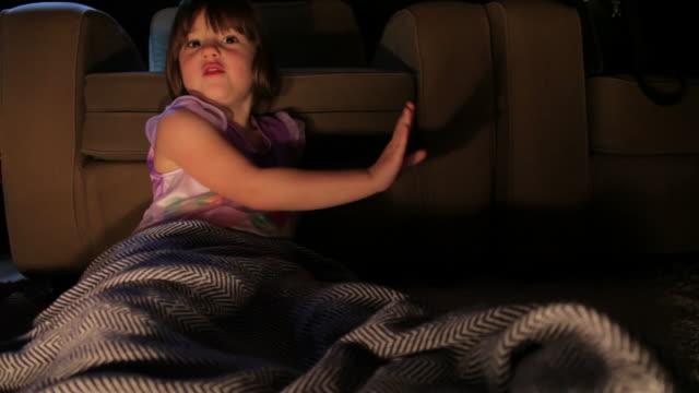stockvideo's en b-roll-footage met little girl watching television - menselijke neus